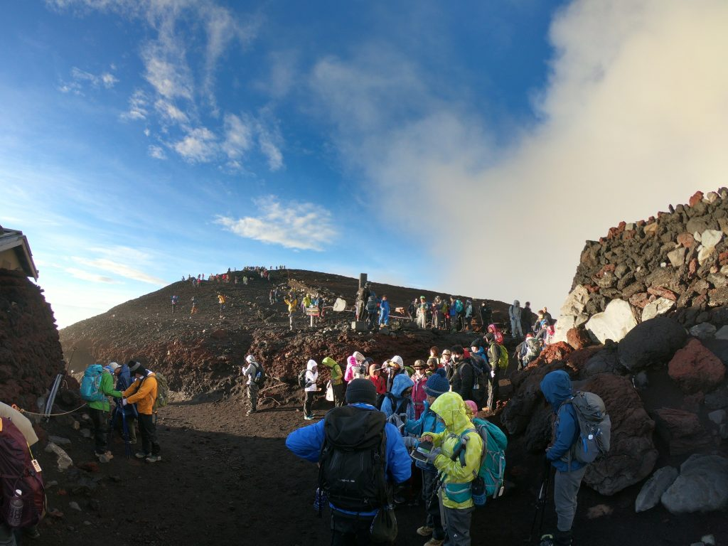 The crowds of people at the summit of Fujisan